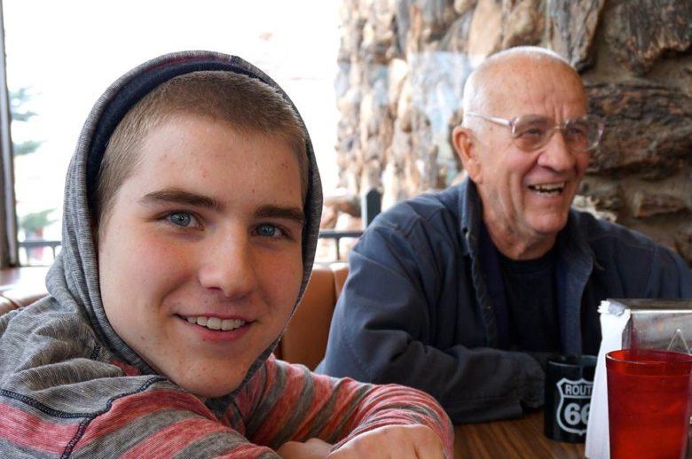Bunicul poate fi infectat de nepot fara sa stie.